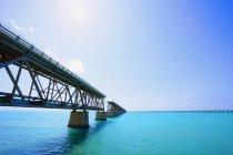 Низкая Ангел вид незавершенного моста — стоковое фото