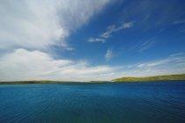 Синий пейзаж с водой — стоковое фото