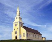Жовтий церкви з Шпиль — стокове фото