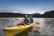 Heureux milieu adulte caucasien Couple kayak en rivière — Photo de stock