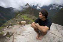 Uomo e Alpaca alle rovine antiche — Foto stock
