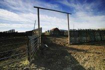 Пустой Corral на поле — стоковое фото