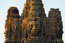 Каменные головы на ворота — стоковое фото