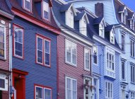 Hileras de casas con ventanas - foto de stock