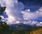 Nubi di tempesta si riuniscono sopra Pikes Peak — Foto stock