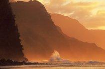 Marea contro le montagne — Foto stock