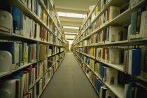 Regale mit Büchern in großen öffentlichen Bibliothek — Stockfoto