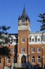 Un edificio de la Universidad de ladrillo - foto de stock