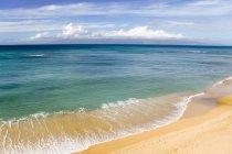 Plage de sable fin avec eau ondulée — Photo de stock