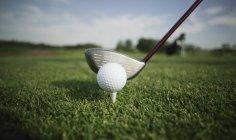 T bola de golfe e clube — Fotografia de Stock
