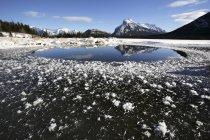 Lac d'hiver parmi les montagnes — Photo de stock