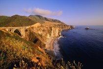 Vista della scogliera rocciosa con ponte — Foto stock