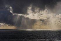 Дощ падає на відстані біля узбережжя — стокове фото
