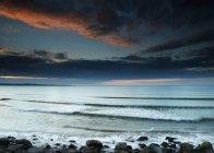 Plage de sable avec eau ondulée — Photo de stock