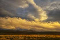 Coucher de soleil illumine des nuages — Photo de stock