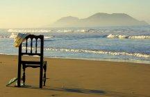 Leere Holz Stuhl an einem Strand, Mazatlan, Mexiko — Stockfoto