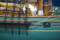 Зелений човен paked денний час — стокове фото