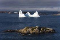 Iceberg en agua de mar - foto de stock