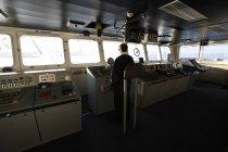 Capitaine au Centre de contrôle de navire — Photo de stock