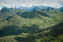 Гірський хребет і сніжні вершини — стокове фото