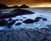 Rocky Beach avec pierres — Photo de stock