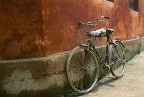 Una bicicleta en la calle en Beijing - foto de stock