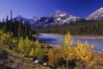 Reflexo de lago e montanha — Fotografia de Stock