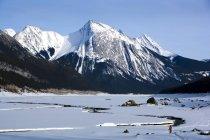 Maligne Mountain Range et Medicine Lake — Photo de stock
