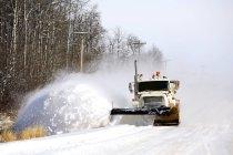 Snowplow trabajando en carretera - foto de stock