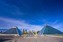 Эдмонтон Skyline с пирамидами. — стоковое фото