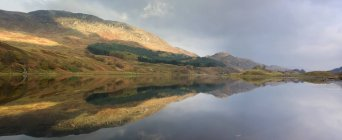 Reflejo de montaña en agua - foto de stock