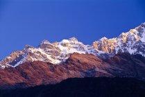 Pico de nieve de montañas - foto de stock