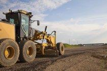 Construction de routes à l'aide de niveleuse — Photo de stock