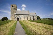 Країна церкви з стежка — стокове фото