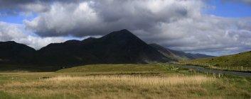 Collines de montagne avec terrain à pied — Photo de stock