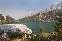 Lago de montaña a pie - foto de stock