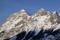 Cumes das montanhas cobertas de neve — Fotografia de Stock