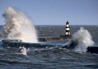Leuchtturm mit plätschernden Wellen — Stockfoto