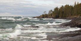 Crashing Waves On The Rocky Shoreline — Stock Photo