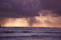 Nuages orageux sur l'eau — Photo de stock