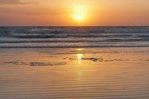 Alba sulle onde che si infrangono — Foto stock