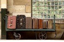 Valigie su un carrello per i bagagli — Foto stock