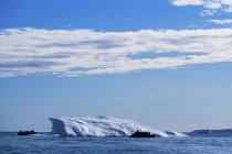 Barcos en Iceberg en agua - foto de stock
