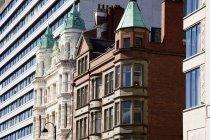 Современные и старые здания — стоковое фото