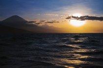 Le soleil se couche sur l'eau — Photo de stock