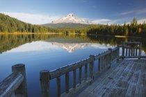 Маунт-Худ, свое отражение в озере Триллиум — стоковое фото