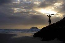 Surfer am Strand stehend — Stockfoto