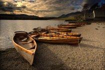 Canoas atracado na costa — Fotografia de Stock