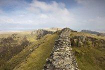 Steinmauer auf Hügel — Stockfoto