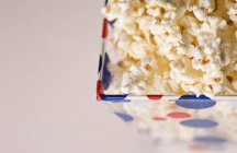 Salé délicieux pop-corn en seau, closeup — Photo de stock